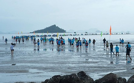 Thai mini-marathon takes runners through the sea